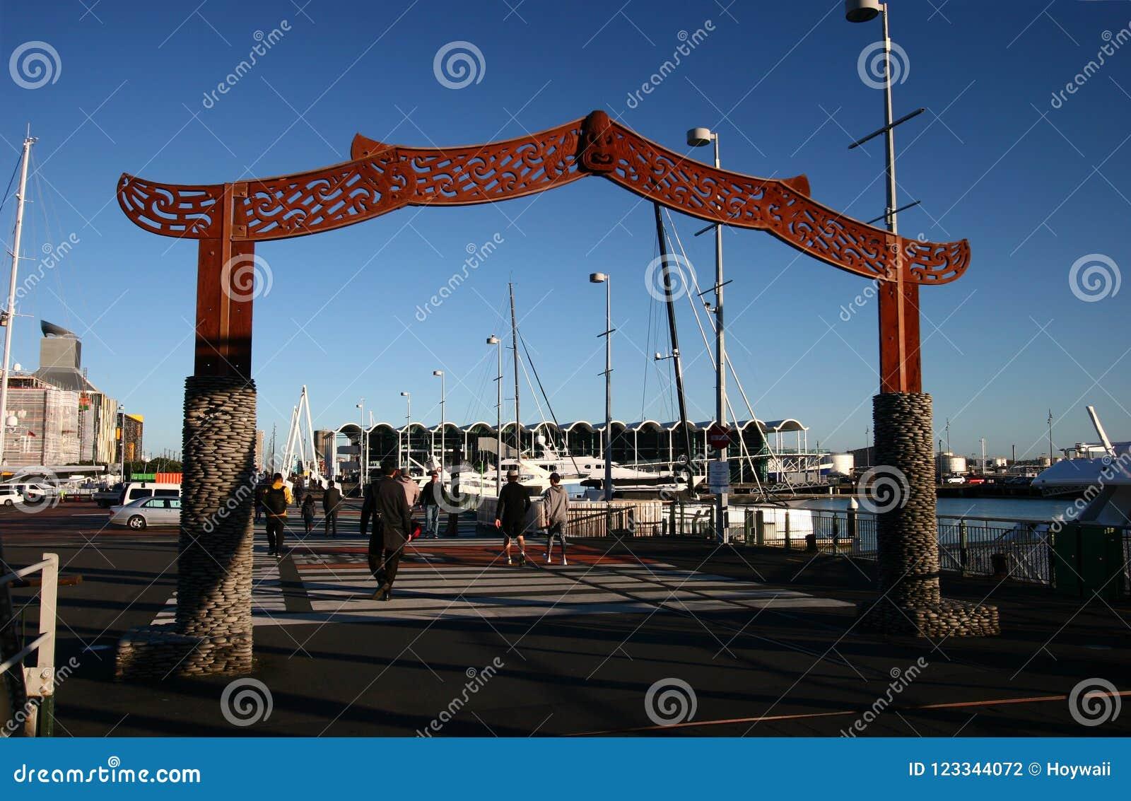 Maoryjska Wejściowa brama przy wiaduktu schronieniem, Auckland, Nowa Zelandia