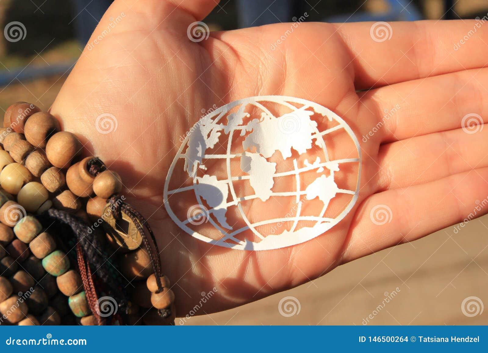 Mapa do mundo simbólico nas mãos da menina da hippie