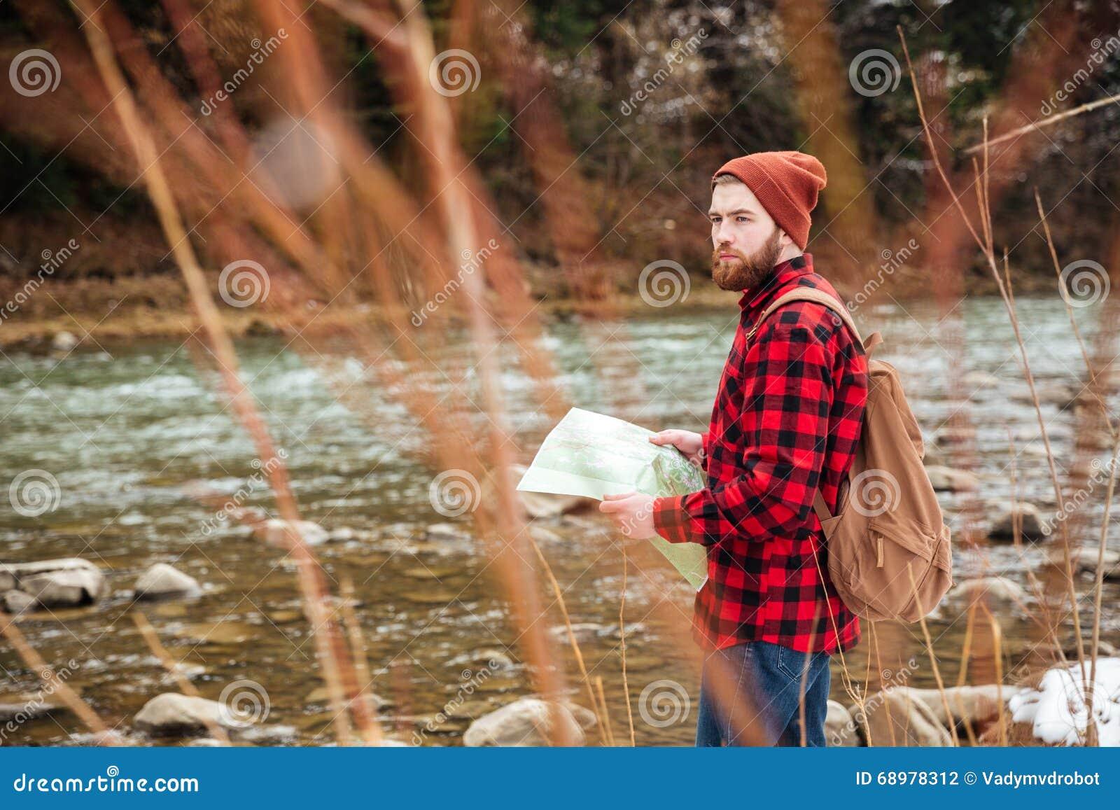 Mapa masculino de la tenencia del caminante y el parecer ausente al aire libre