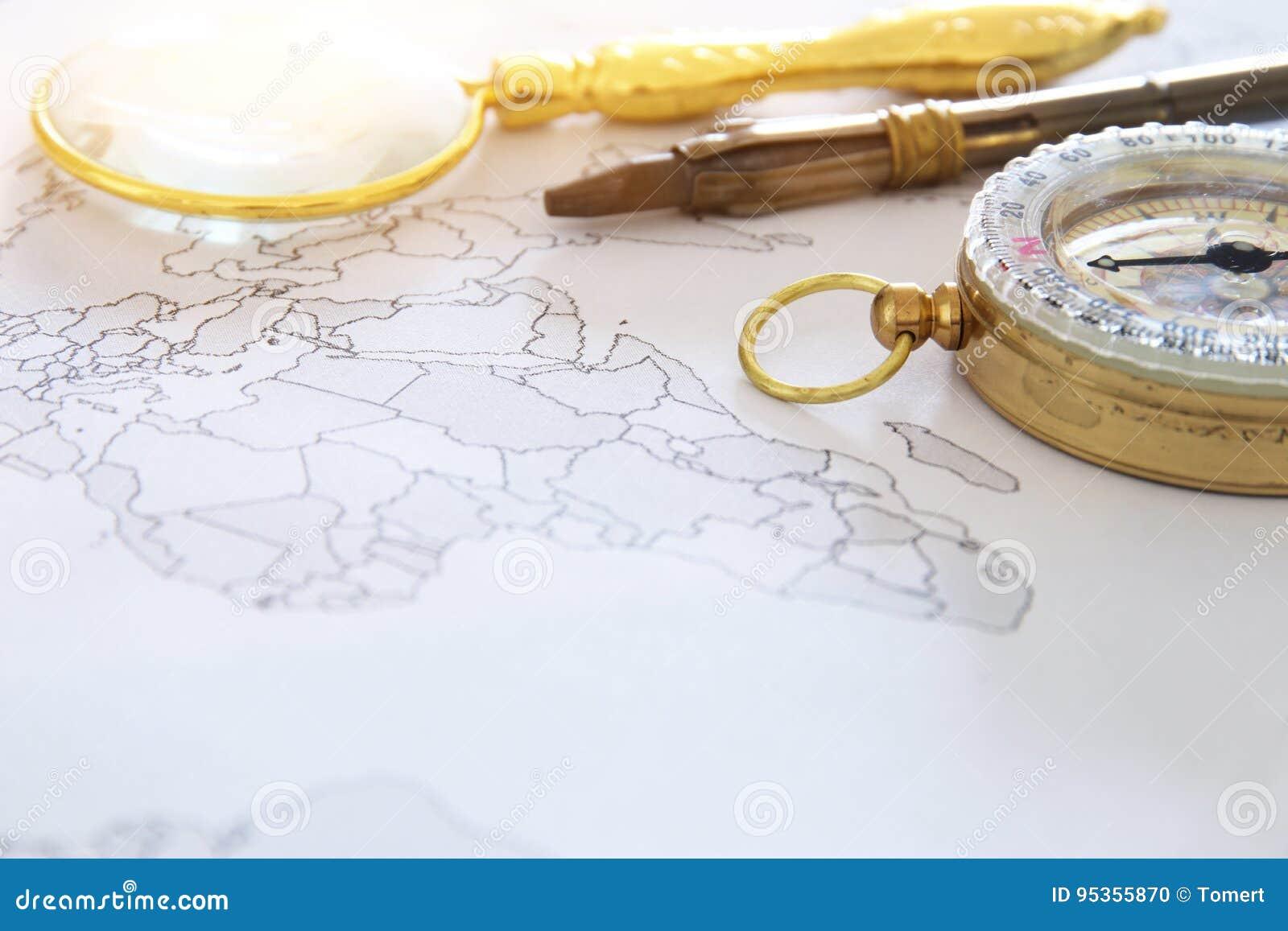 Mapa, powiększający - szklany i stary kompas Selekcyjna ostrość Podróży miejsca przeznaczenia pojęcie