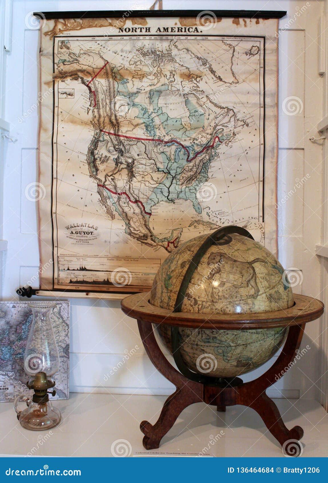 Mapas y globos con otros artículos históricos que representan vida e invenciones en Oneida Community Mansion House, Oneida New Yo