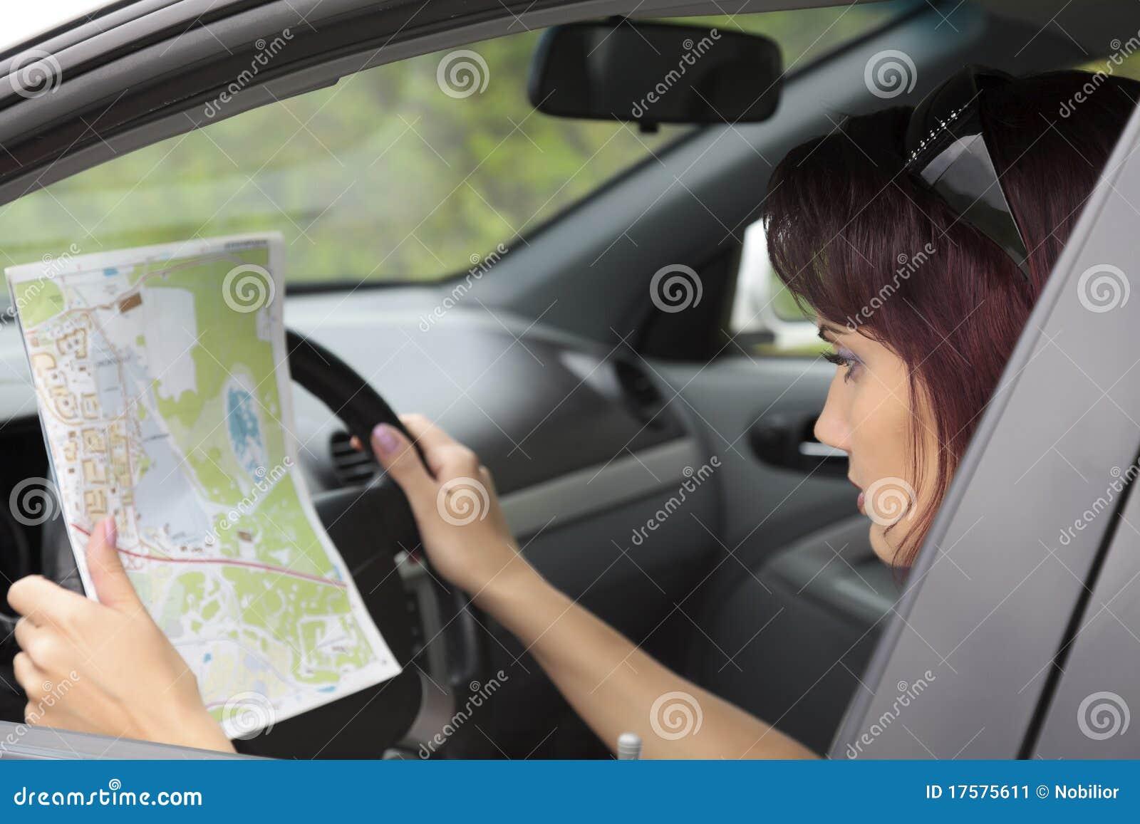 Mapy przyglądająca kobieta