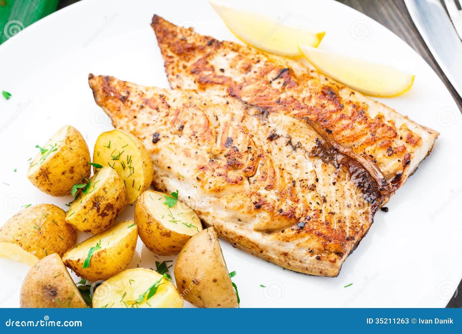 Maquereau frit avec la pomme de terre cuite au four photos stock image 35211263 - Maquereau grille au four ...