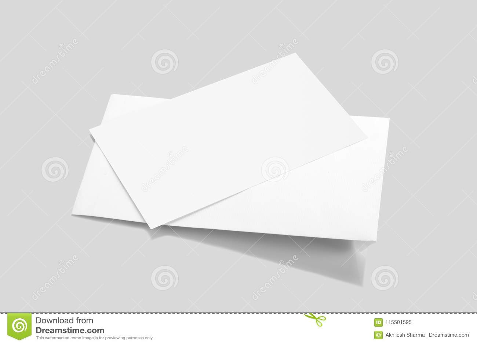 Maqueta blanca en blanco del sobre con una tarjeta de la invitación