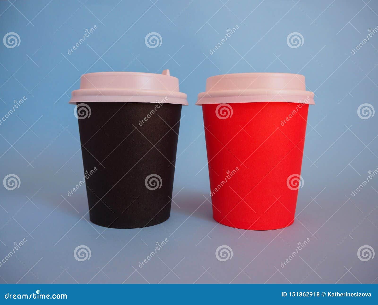 Maqueta de dos tazas de café para llevar de papel con el espacio de la copia