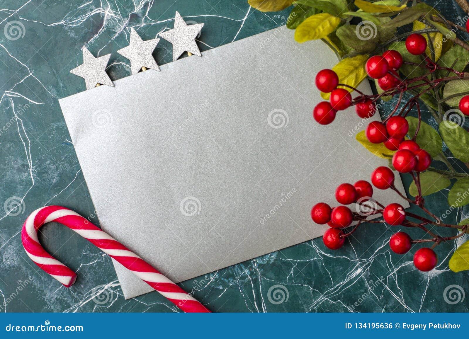 Maqueta de la letra o del sobre en un fondo azul Concepto de enhorabuena en diversos acontecimientos Lugar para su texto