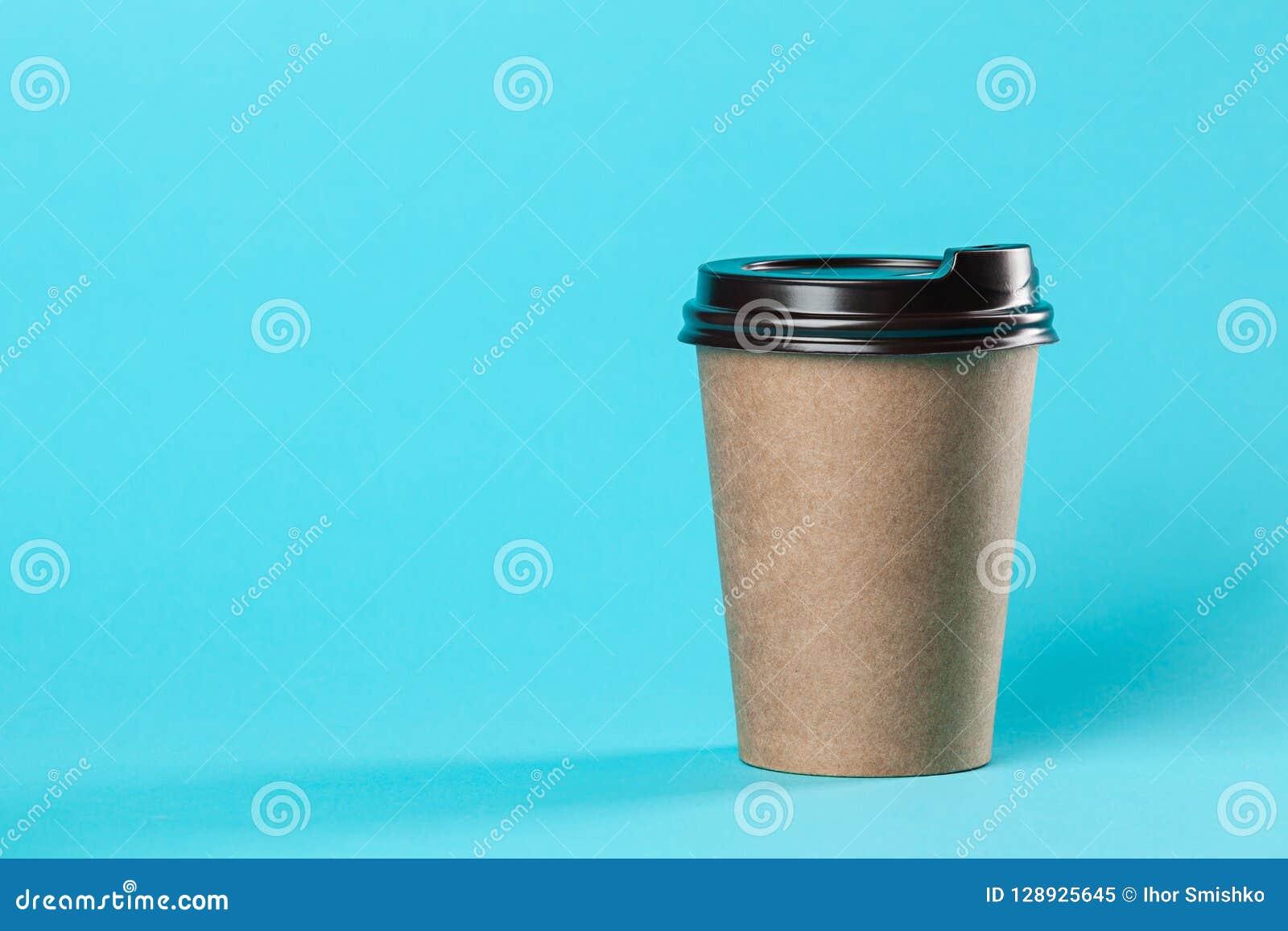 Maqueta de papel para llevar de la taza de café aislada en fondo azul