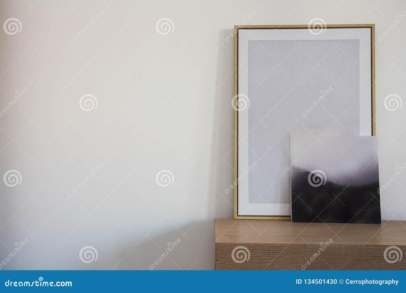 Maqueta vacía del marco de madera dos Diseño interior del cartel en diseño scandanavian de la pared blanca