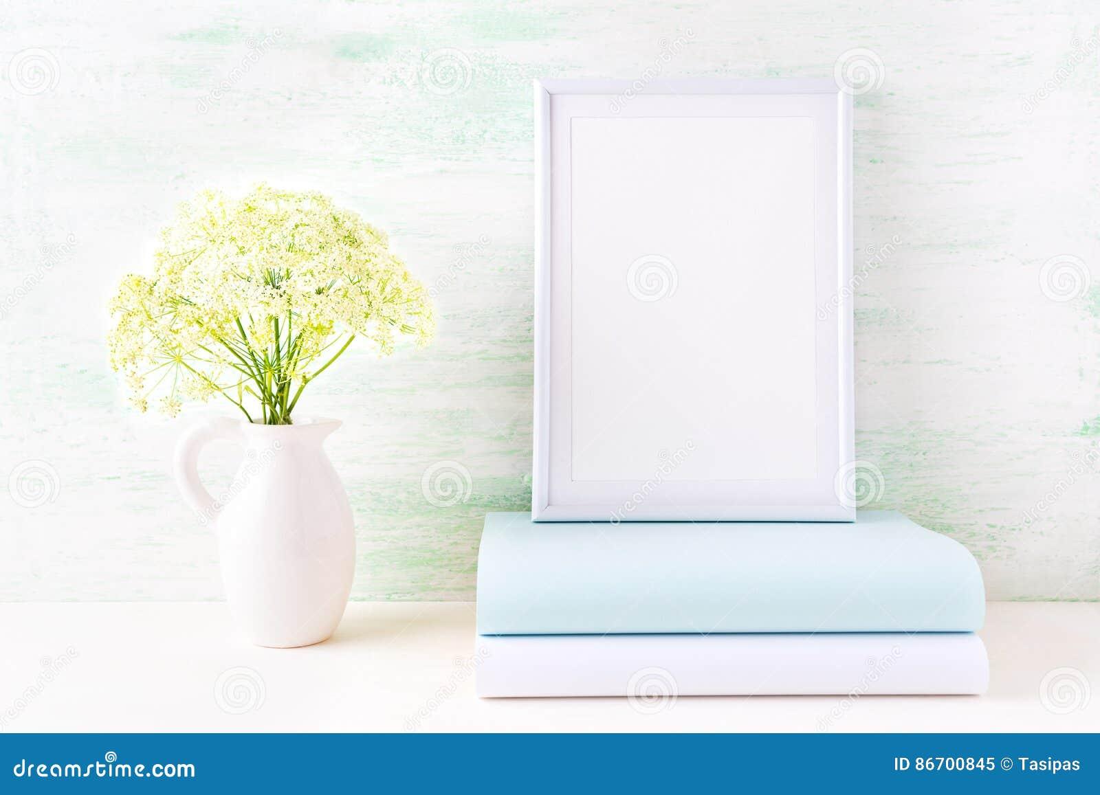 Maquette blanche de cadre avec le livre en bon état pâle