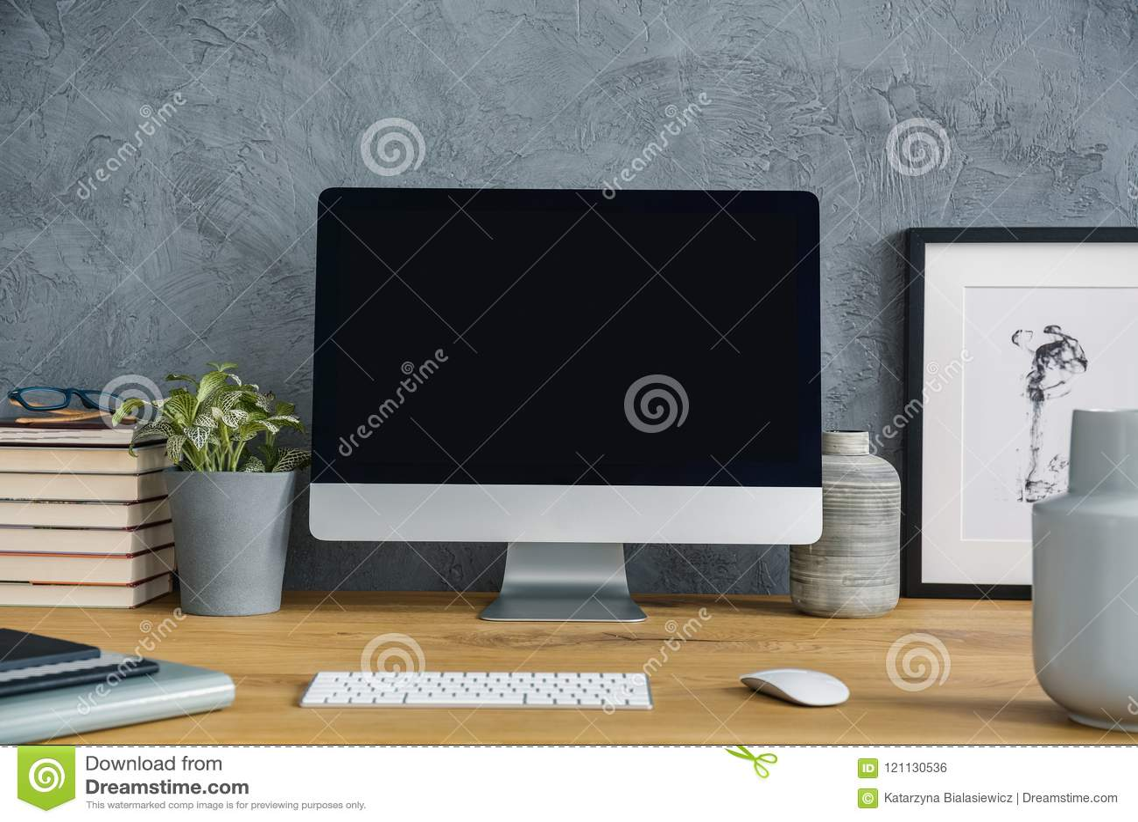 Maquette d ordinateur de bureau sur le bureau en bois avec l usine