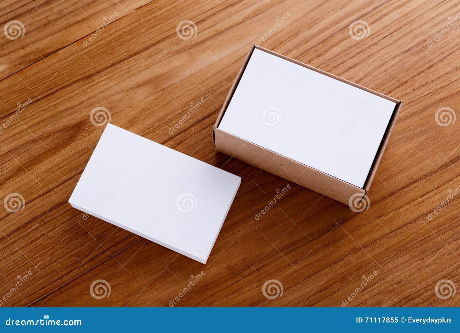 Maquette De Blanc Carte Visite Professionnelle Avec La Boite Papier Demballage Sur Le Bureau En Bois