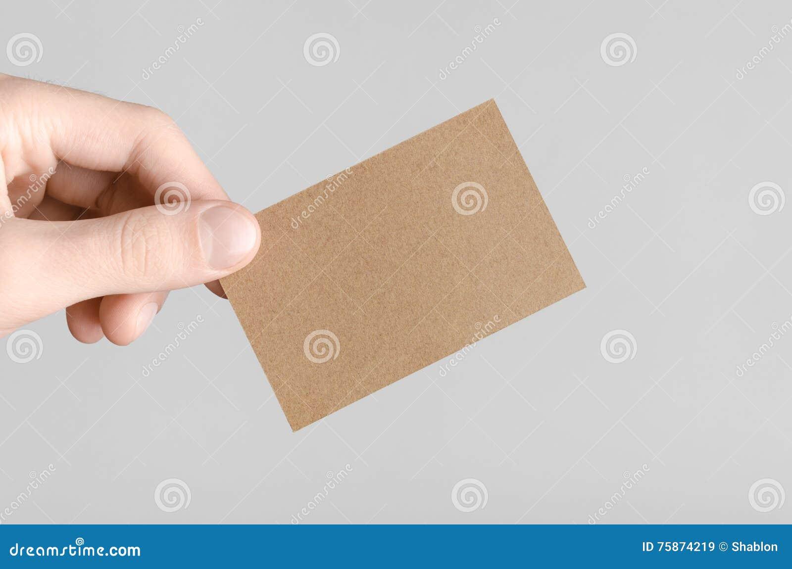 Mains Masculines Tenant Des Cartes De Papier Demballage Sur Un Fond Gris