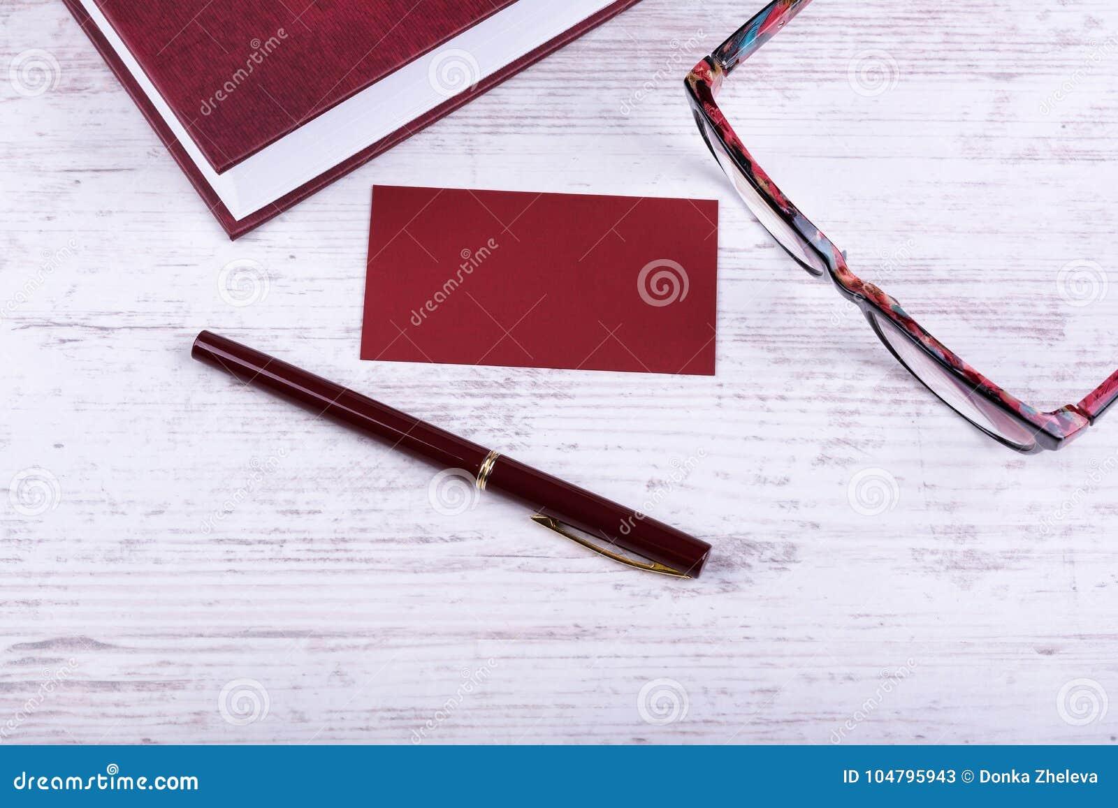 Maquette Rouge Vide De Carte Visite Professionnelle Livre Stylo Et Verres Rouges