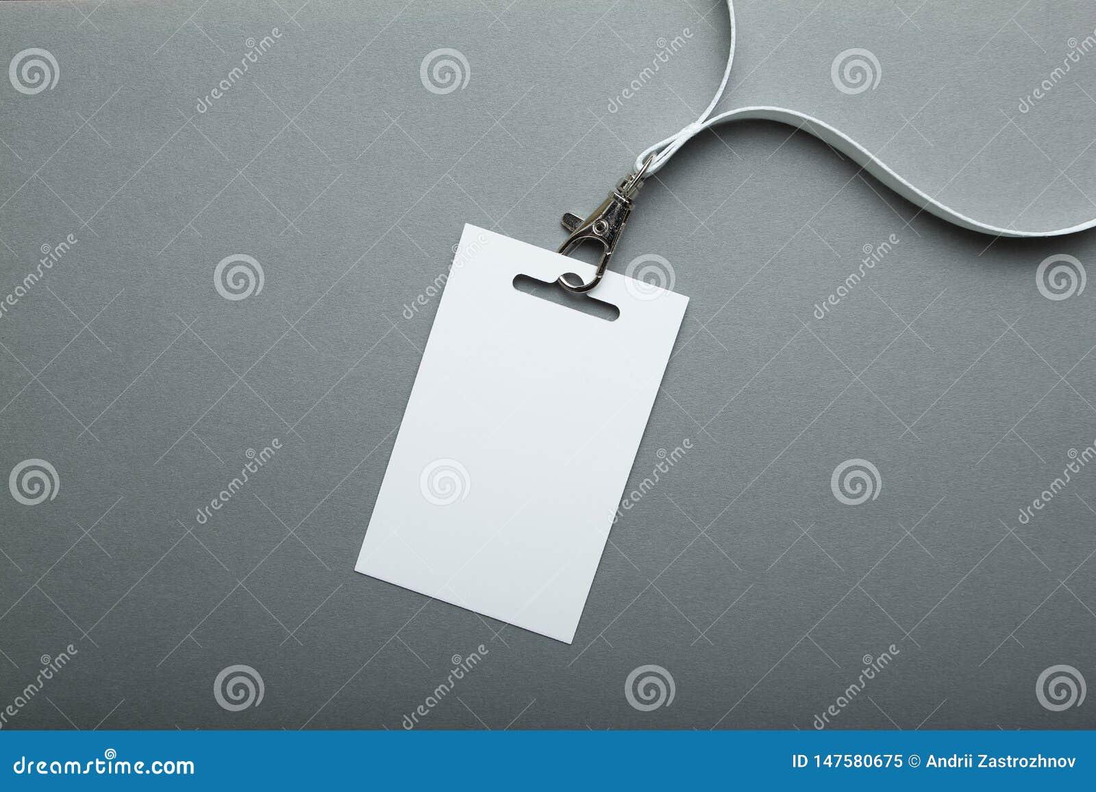 Maquette vide d insigne d isolement sur le chemin de coupage gris Étiquette de nom avec le ruban, conception d entreprise