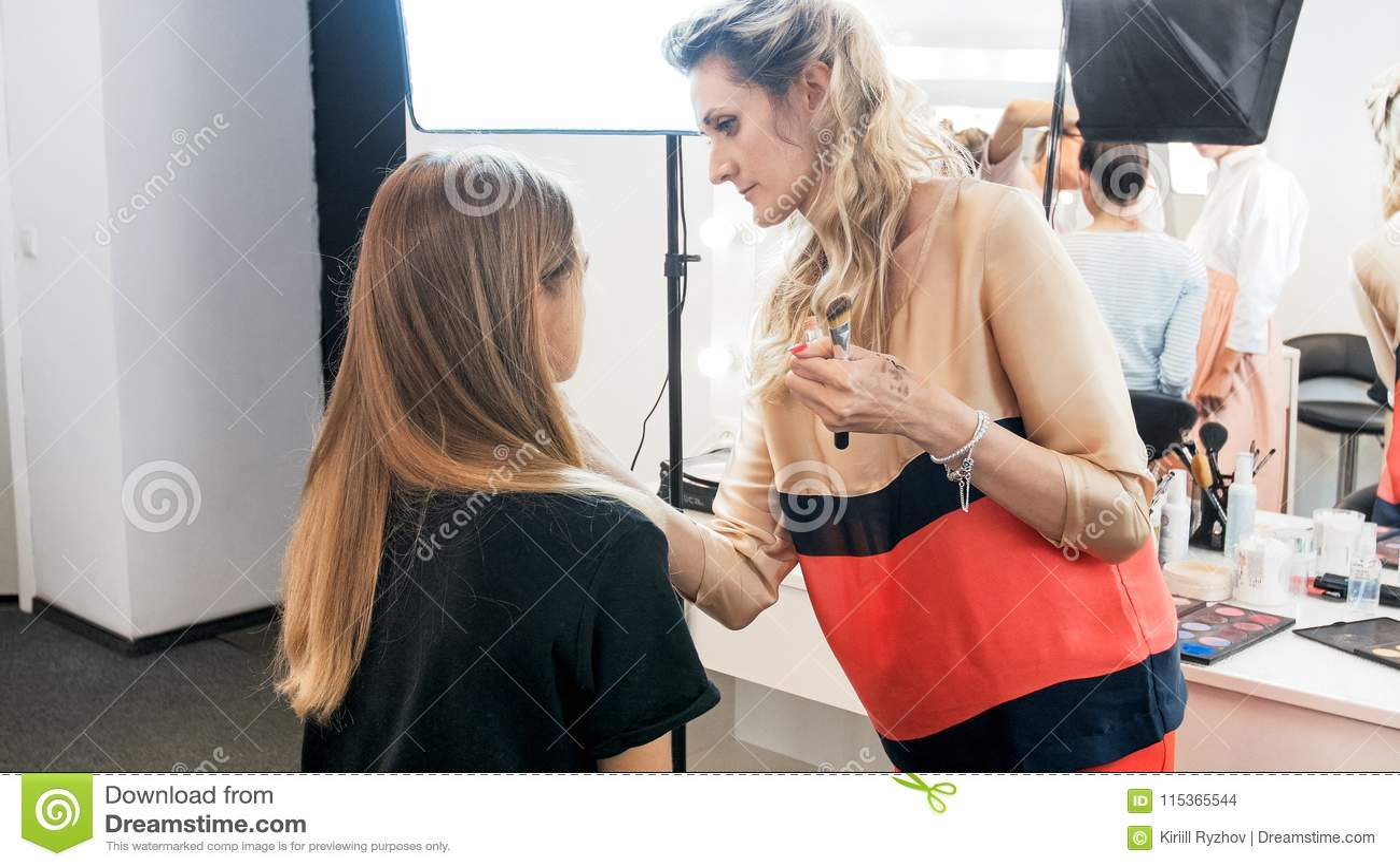 Maquilhador profissional que trabalha com modelo antes do photoshoot