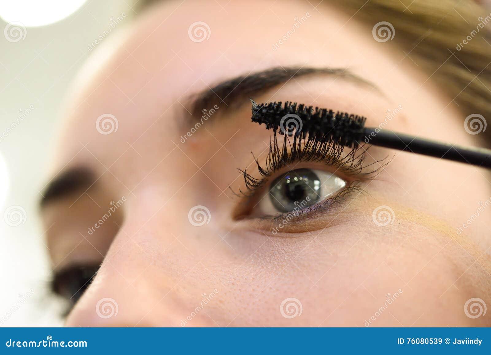 Maquillage Application du mascara Longs cils et yeux bleus