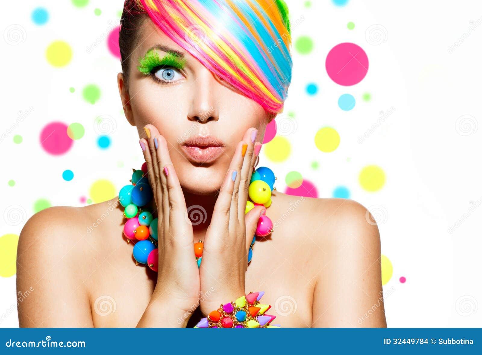 Maquillage coloré, cheveux et accessoires
