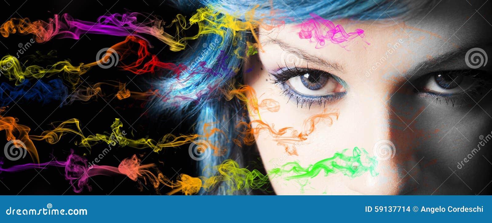 Maquillage Couleurs de maquillage et de fumée de visage de jeune femme