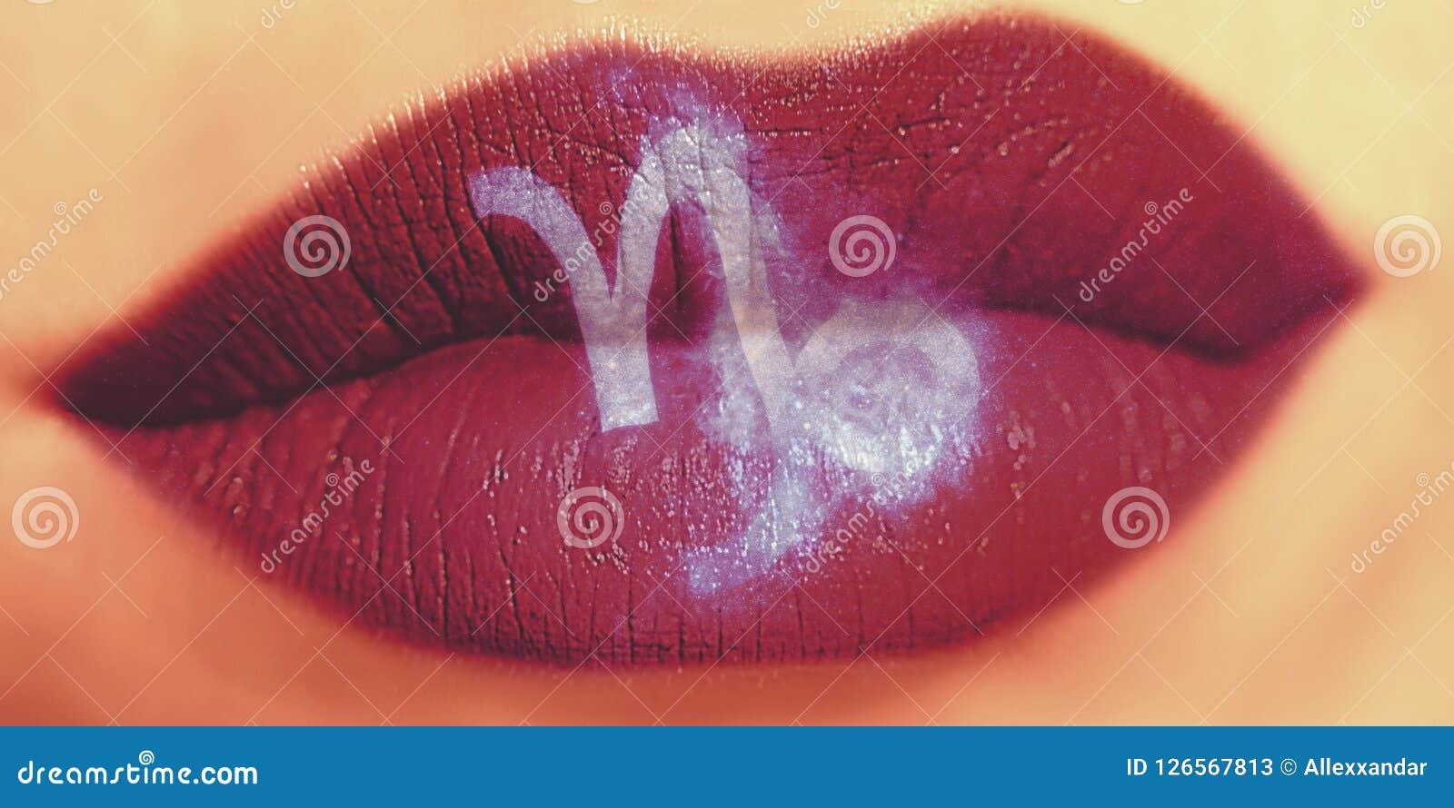 Maquillage créatif à la mode de lèvre Lèvres brillantes brillantes de plan rapproché avec Capri
