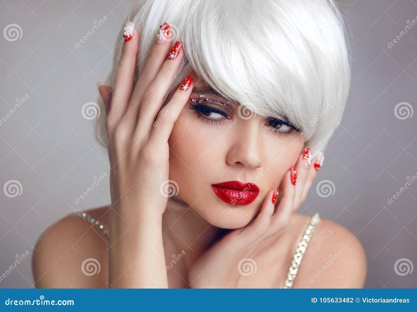 Maquillage de Noël Maquillage rouge de lèvres Beau plan rapproché blond de  fille