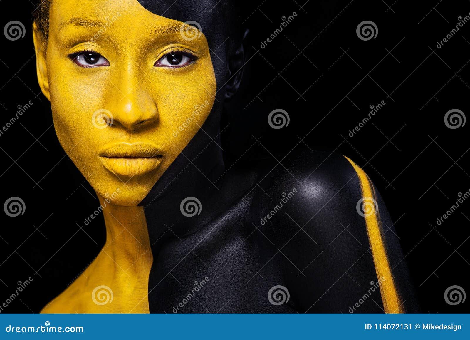 Maquillage noir et jaune Jeune femme africaine gaie avec le maquillage de mode d art