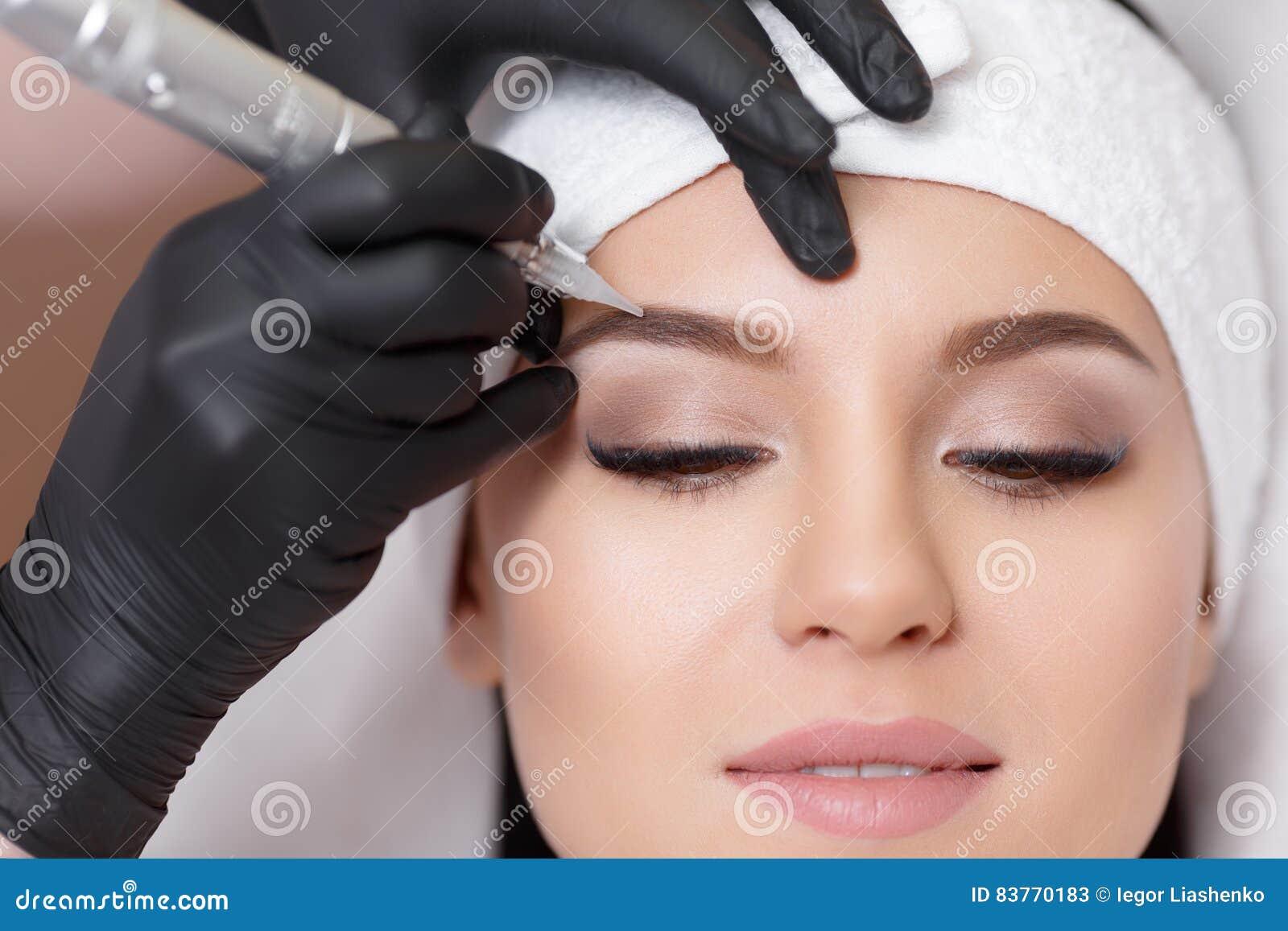maquillage permanent tatouer des sourcils image stock image du renivellement beautician 83770183. Black Bedroom Furniture Sets. Home Design Ideas