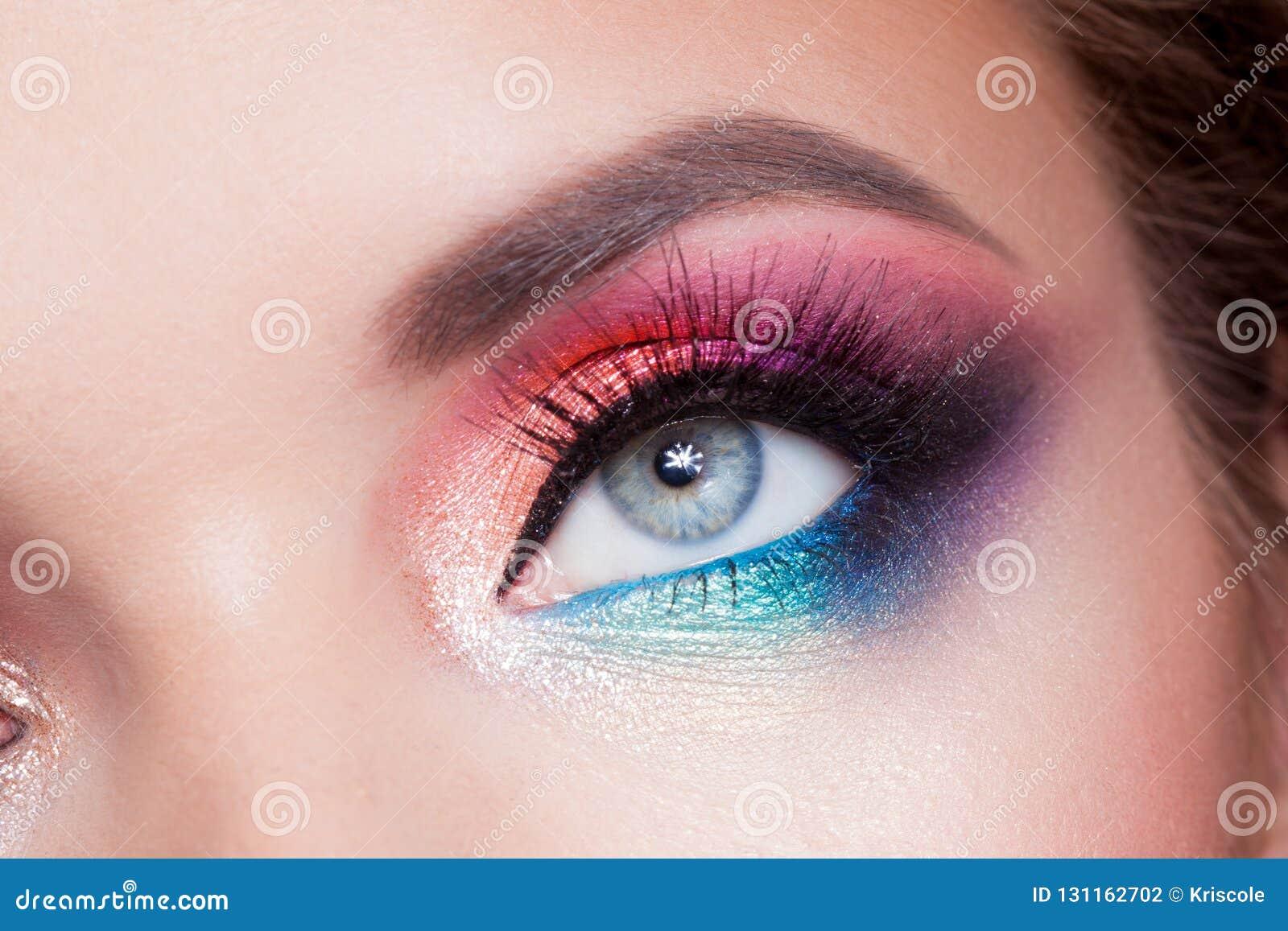 Maquillaje Brillante Del Ojo Rosa Y Color Azul Sombreador De Ojos Coloreado Foto De Archivo Imagen De Ojos Azul 131162702