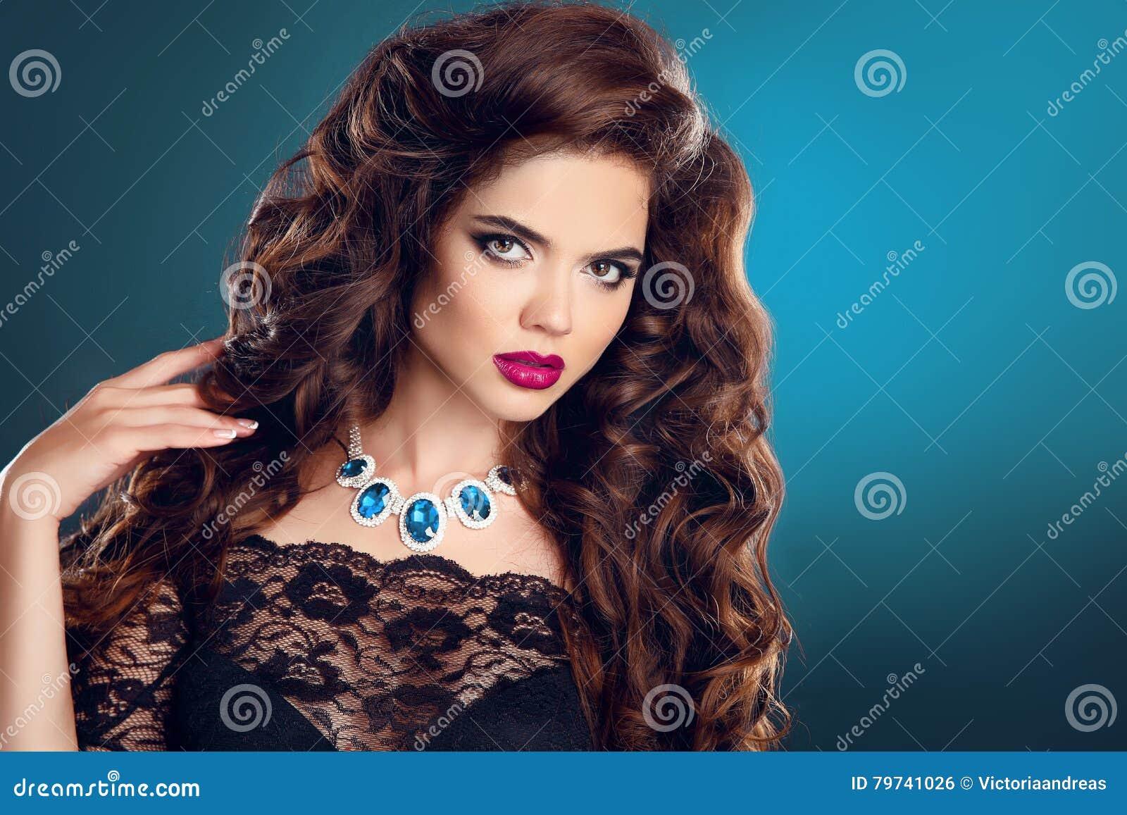 Maquillaje joyería hairstyle Modelo cabelludo oscuro de la ropa interior Muchacha hermosa con
