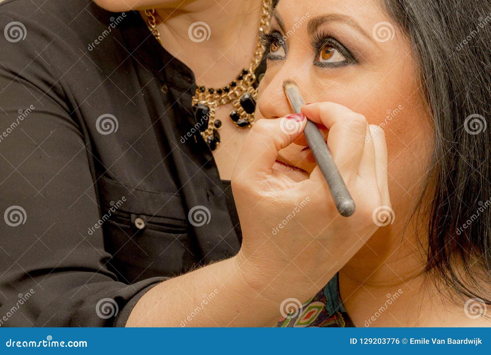 Maquillaje la nariz en un maquillaje profesional