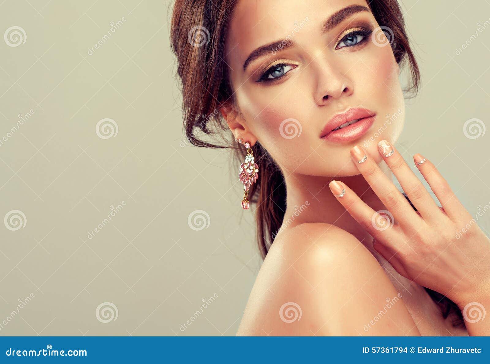 Maquillaje para el lápiz labial de los ojos y de los labios, del lápiz de ojos y del coral
