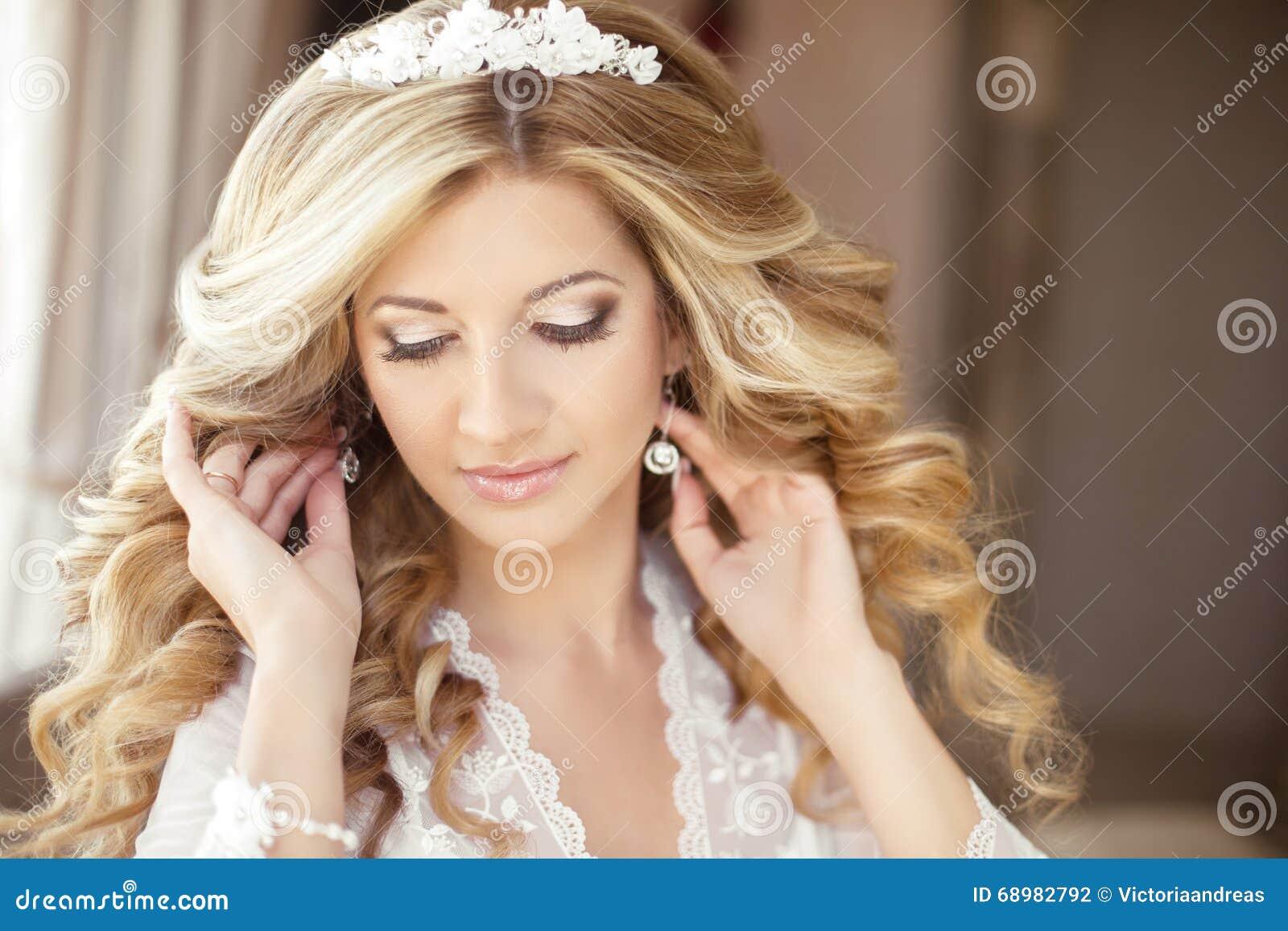 Maquillaje Retrato de boda hermoso de la novia con el peinado de la boda,