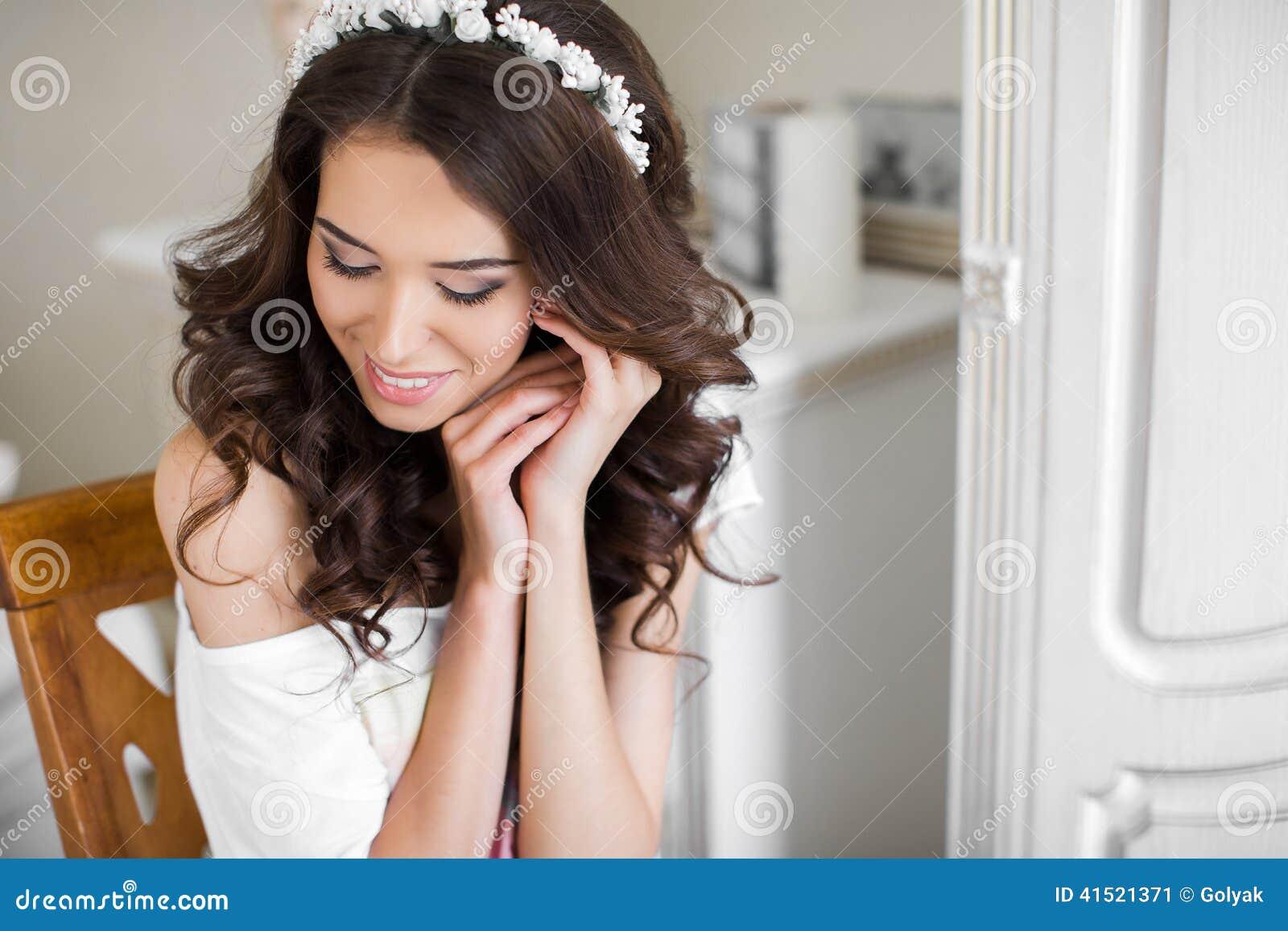Maquillaje y peinado jovenes hermosos de la boda de la novia