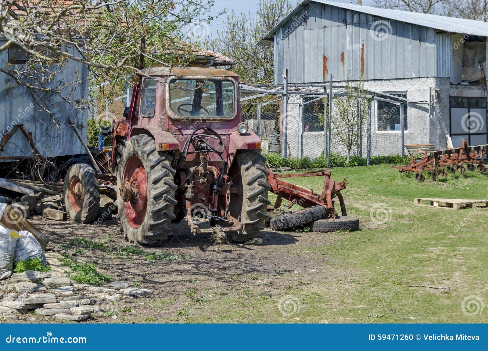 Maquinaria agrícola abandonada vieja, tractor