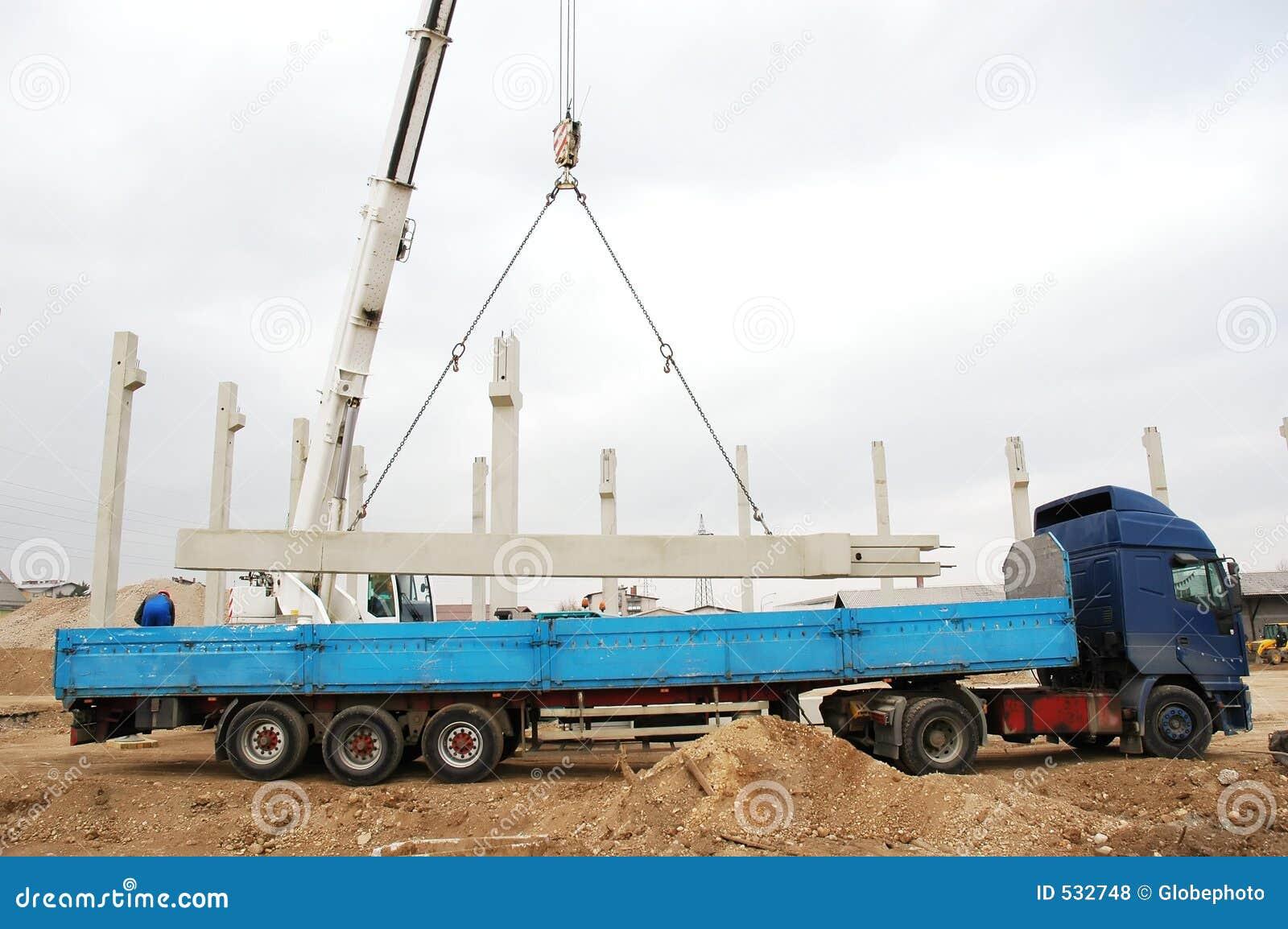 Maquinaria pesada que levanta uma coluna concreta