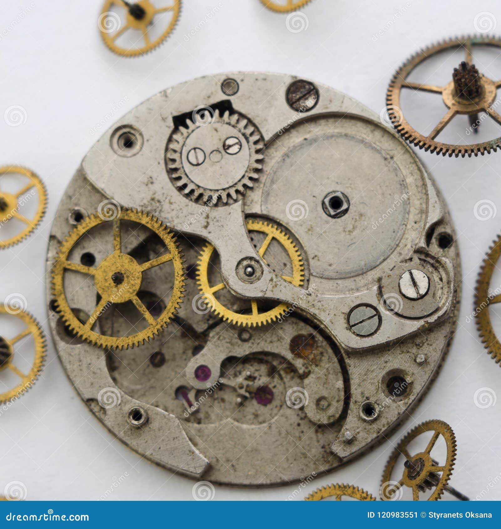 Maquinismo de relojoaria quebrado vintage no fundo branco