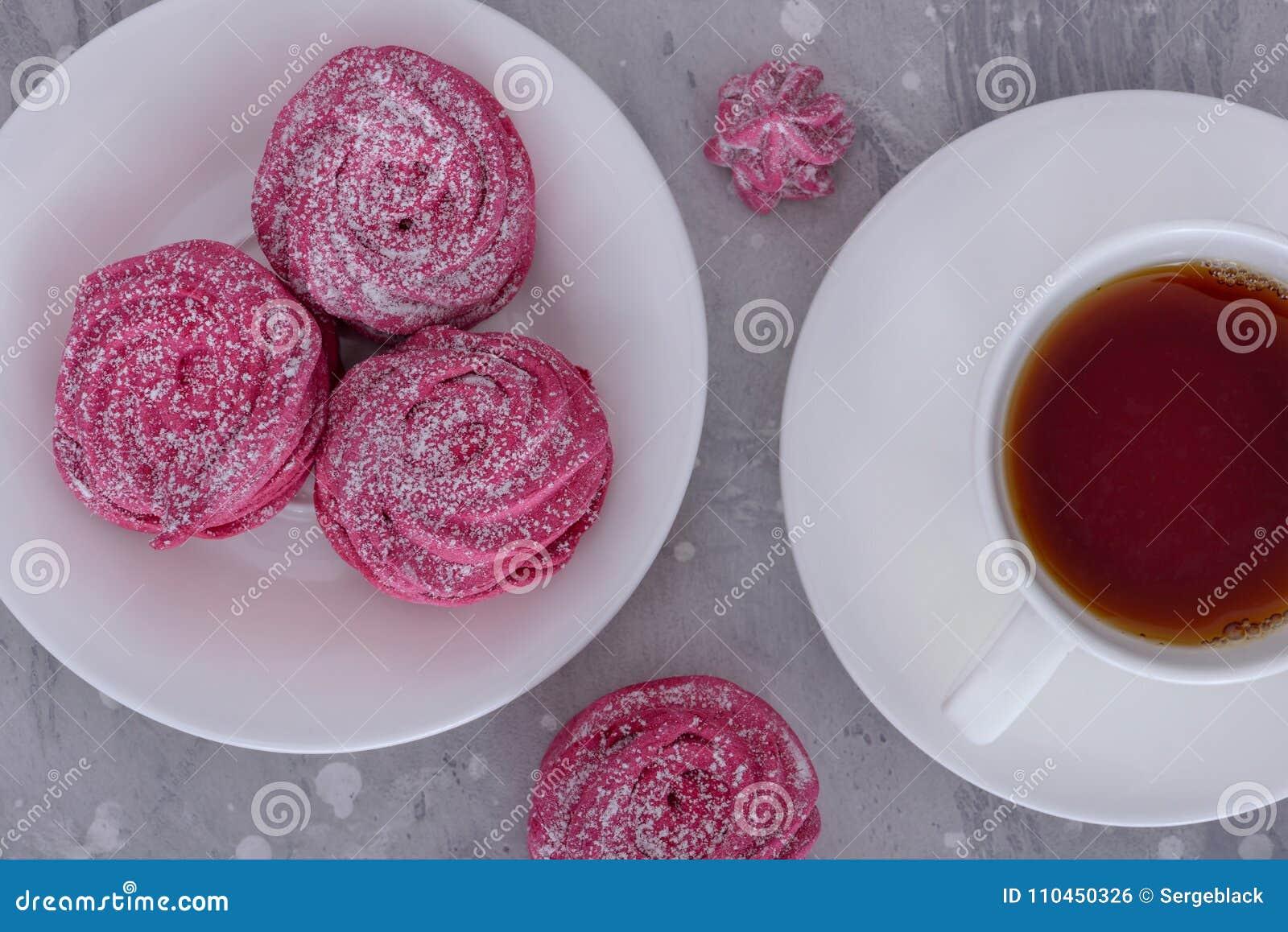 Marängar på varmt te för platta och för kopp
