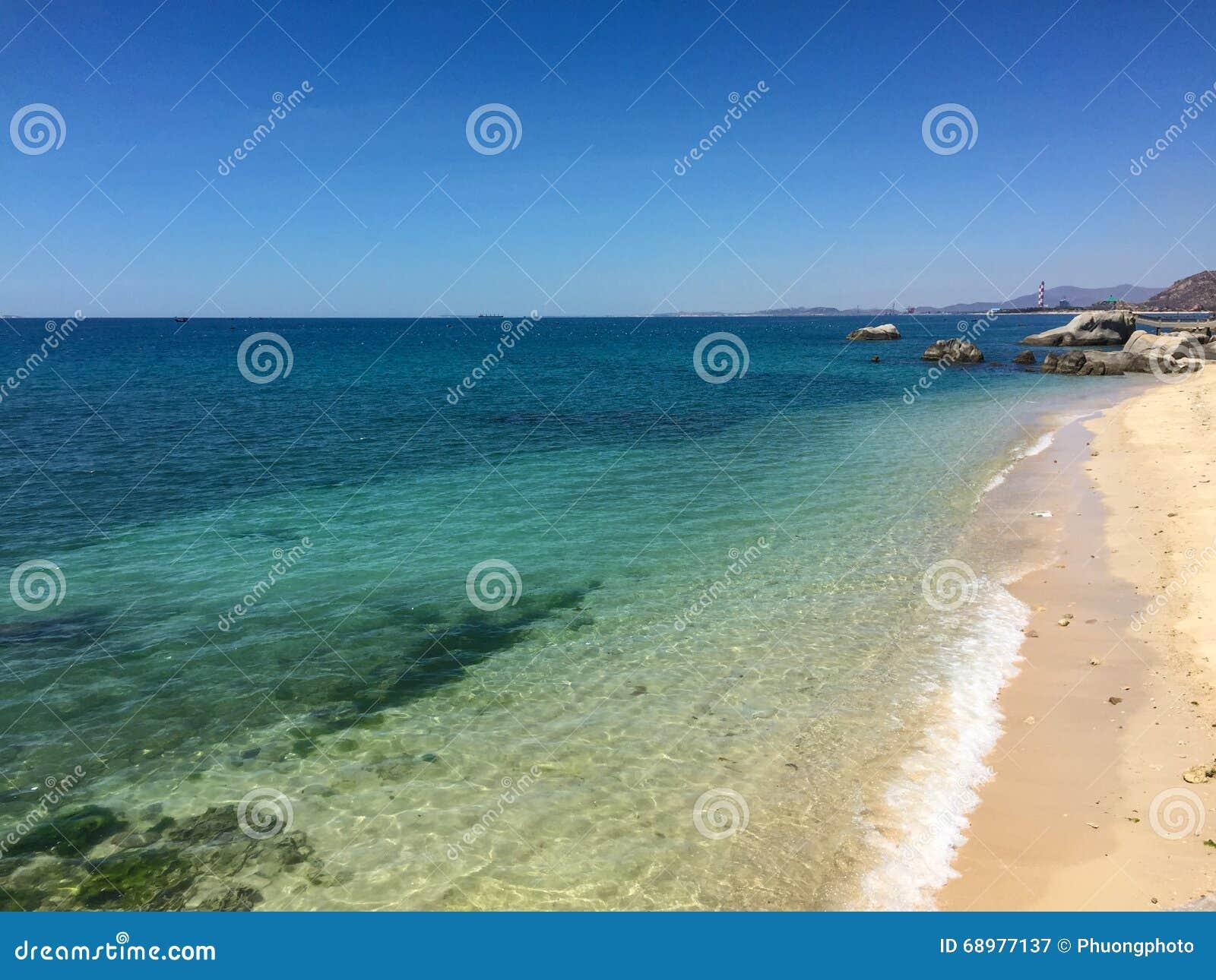 Mar azul en el día soleado