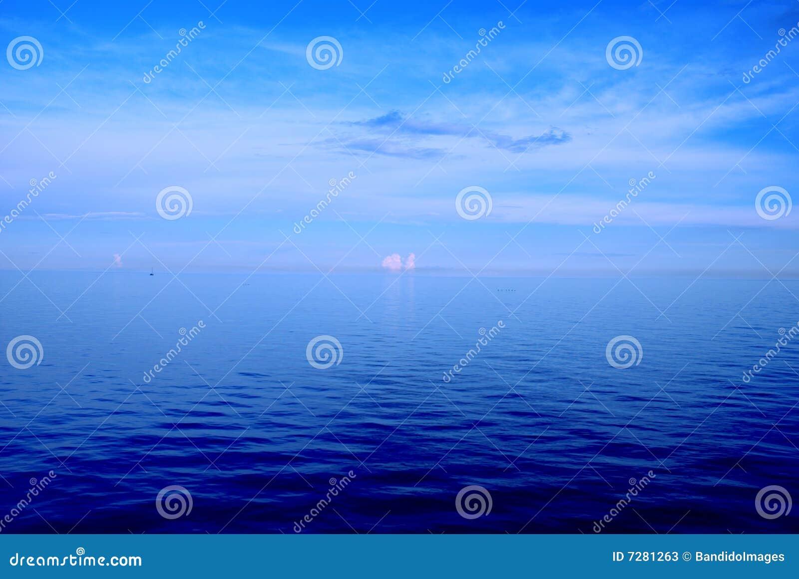 Mar azul profundo