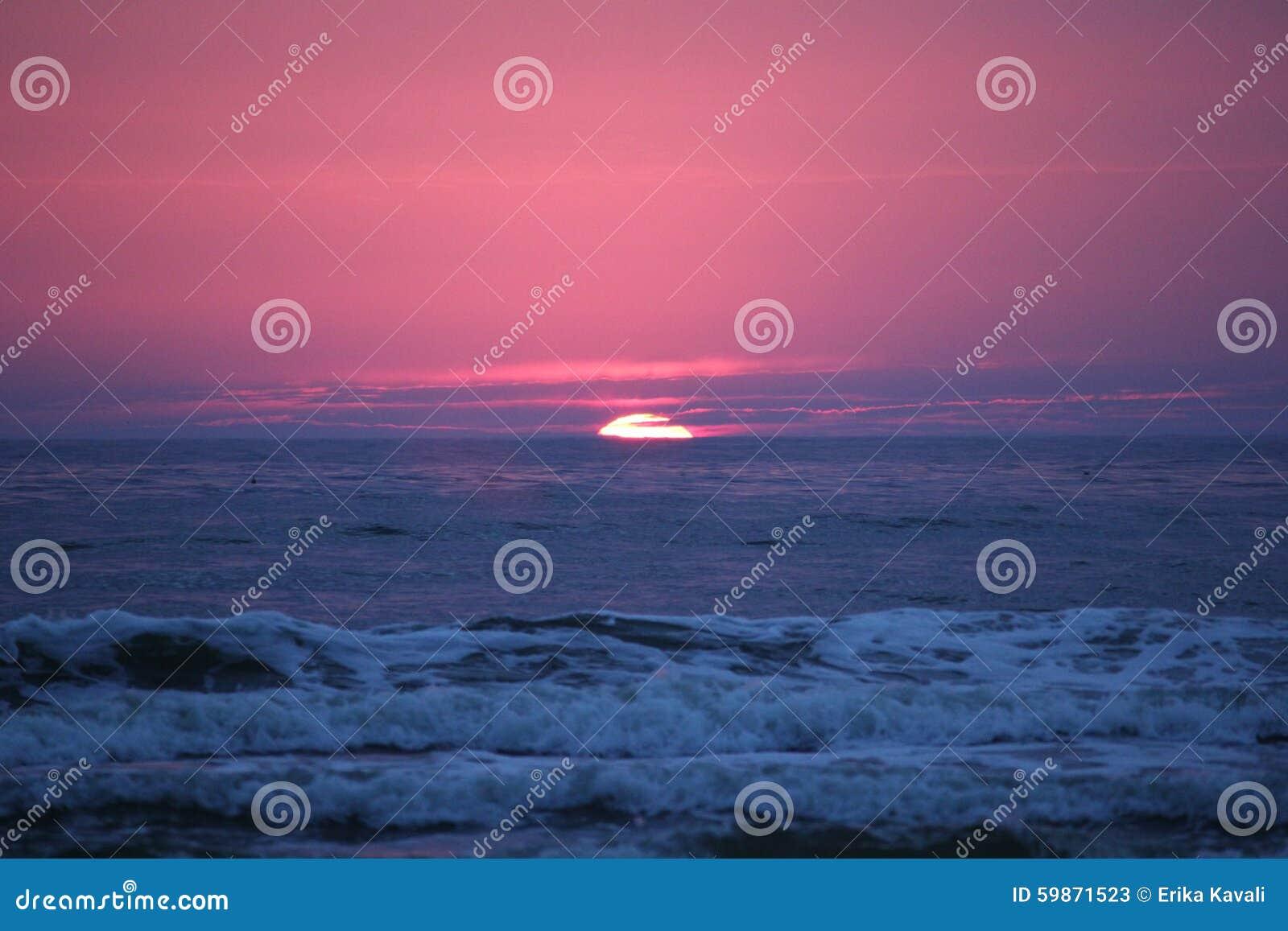 Mar Báltico de la puesta del sol en Lituania
