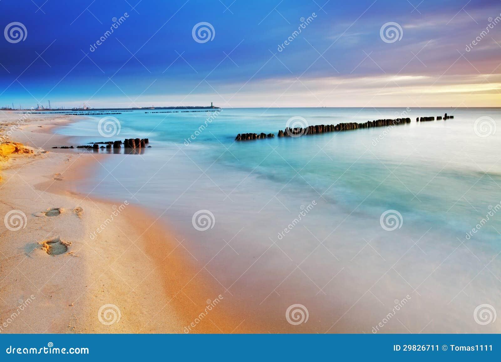 Praia em Poland - mar Báltico no nascer do sol