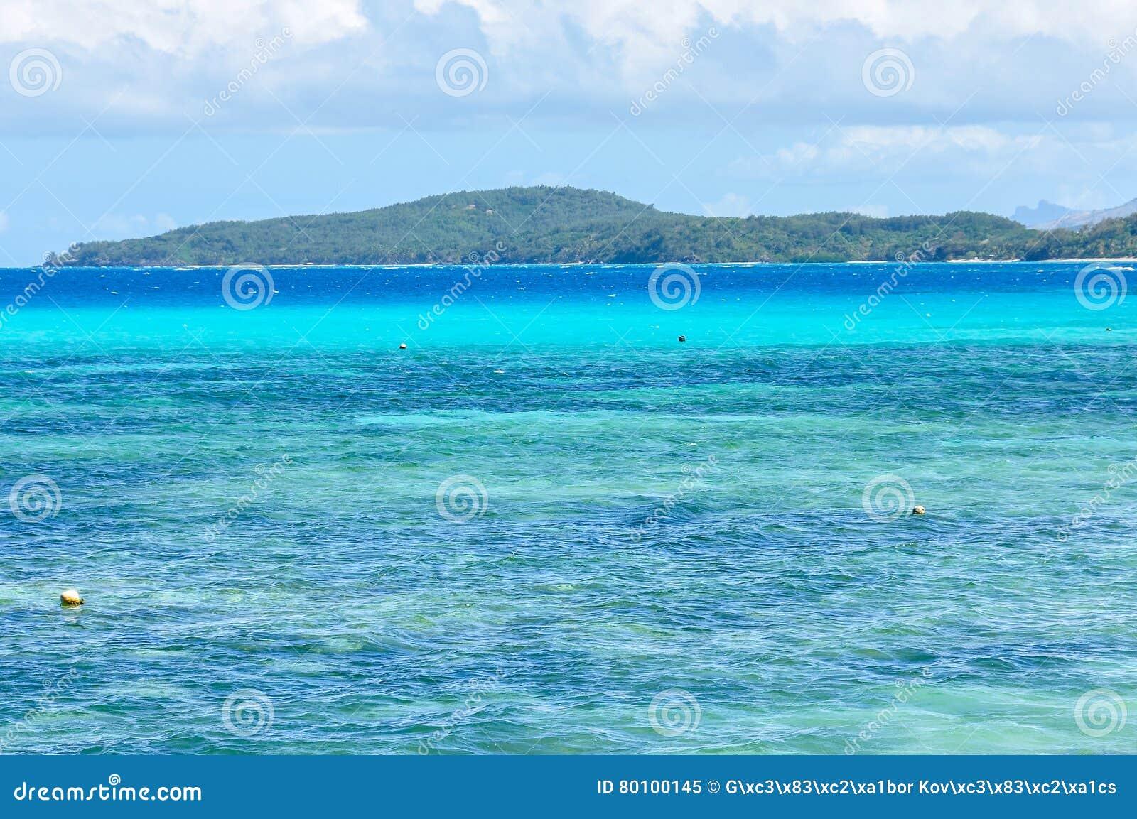 Mar colorido na ilha de Nacula em Fiji