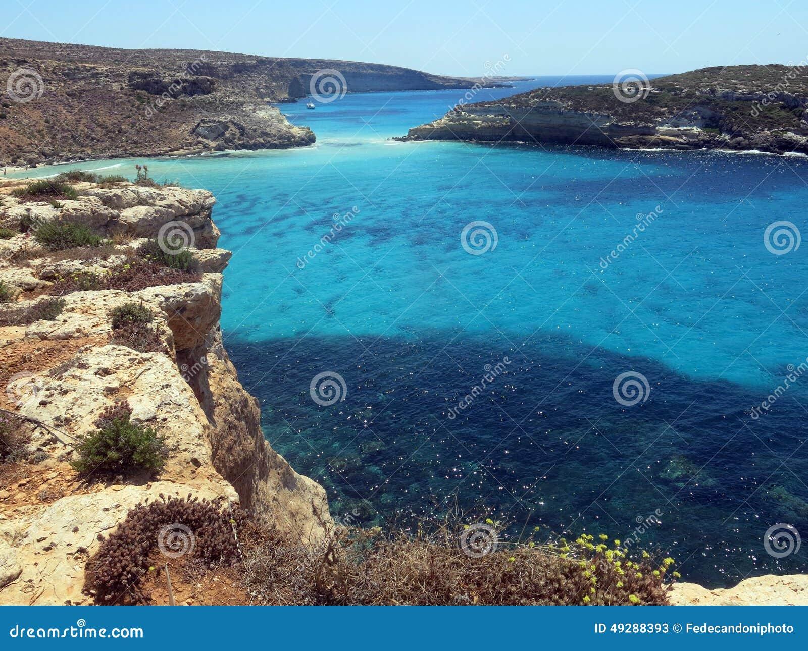 Mar da ilha de LAMPEDUSA em Itália