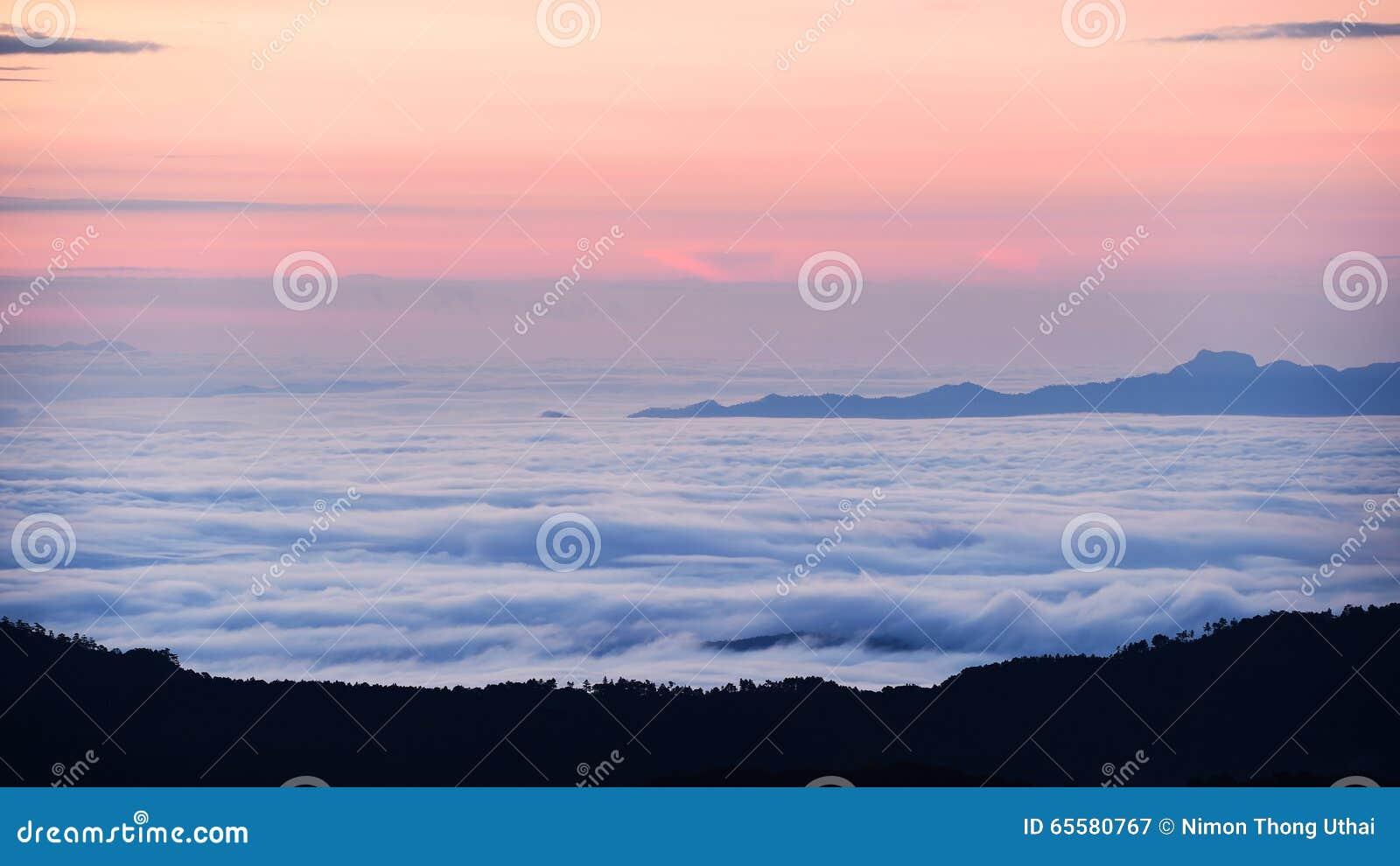 Mar da paisagem da névoa nas montanhas