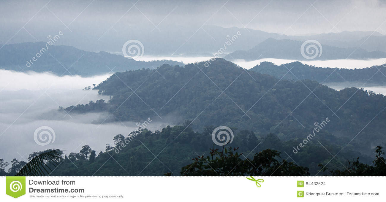 Mar de la niebla en la montaña Fondo de la falta de definición