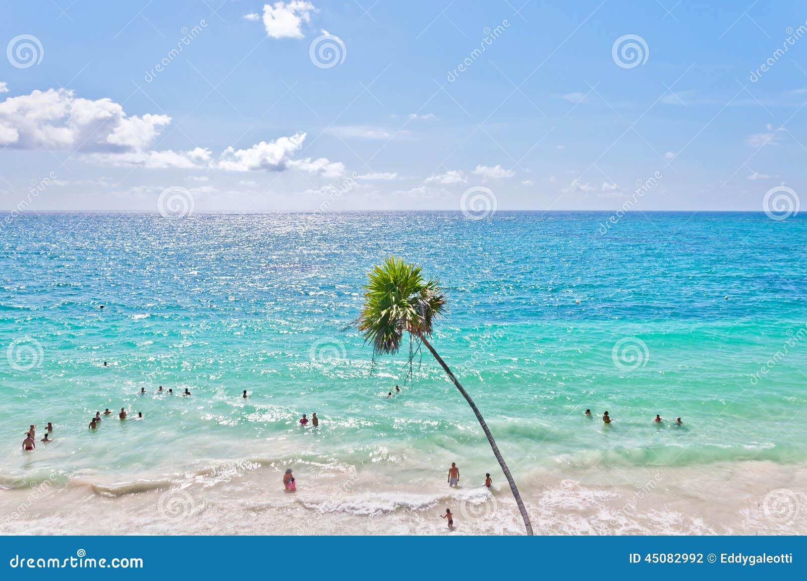 Mar del Caribe al lado de dios del templo de los vientos en Tulum, México