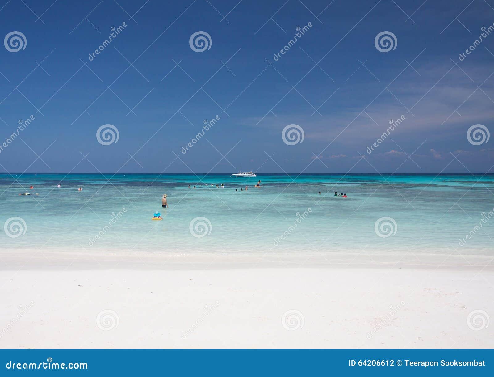 Mar del cielo azul y de la turquesa