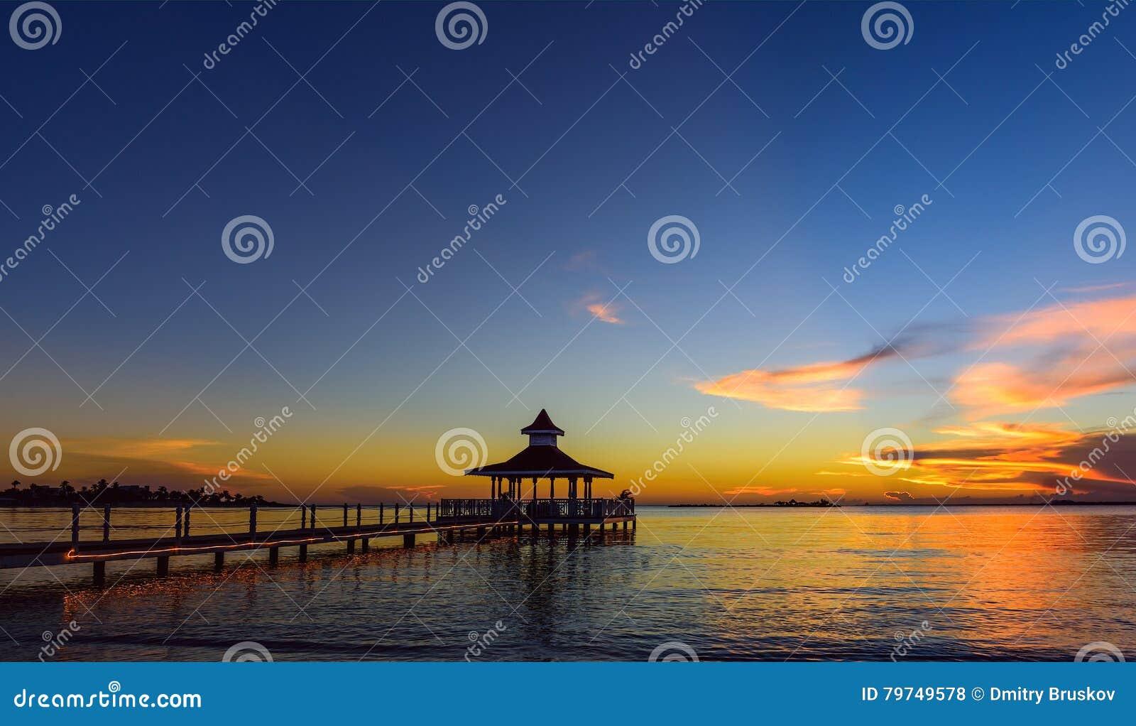 Mar del puente del Gazebo en la puesta del sol