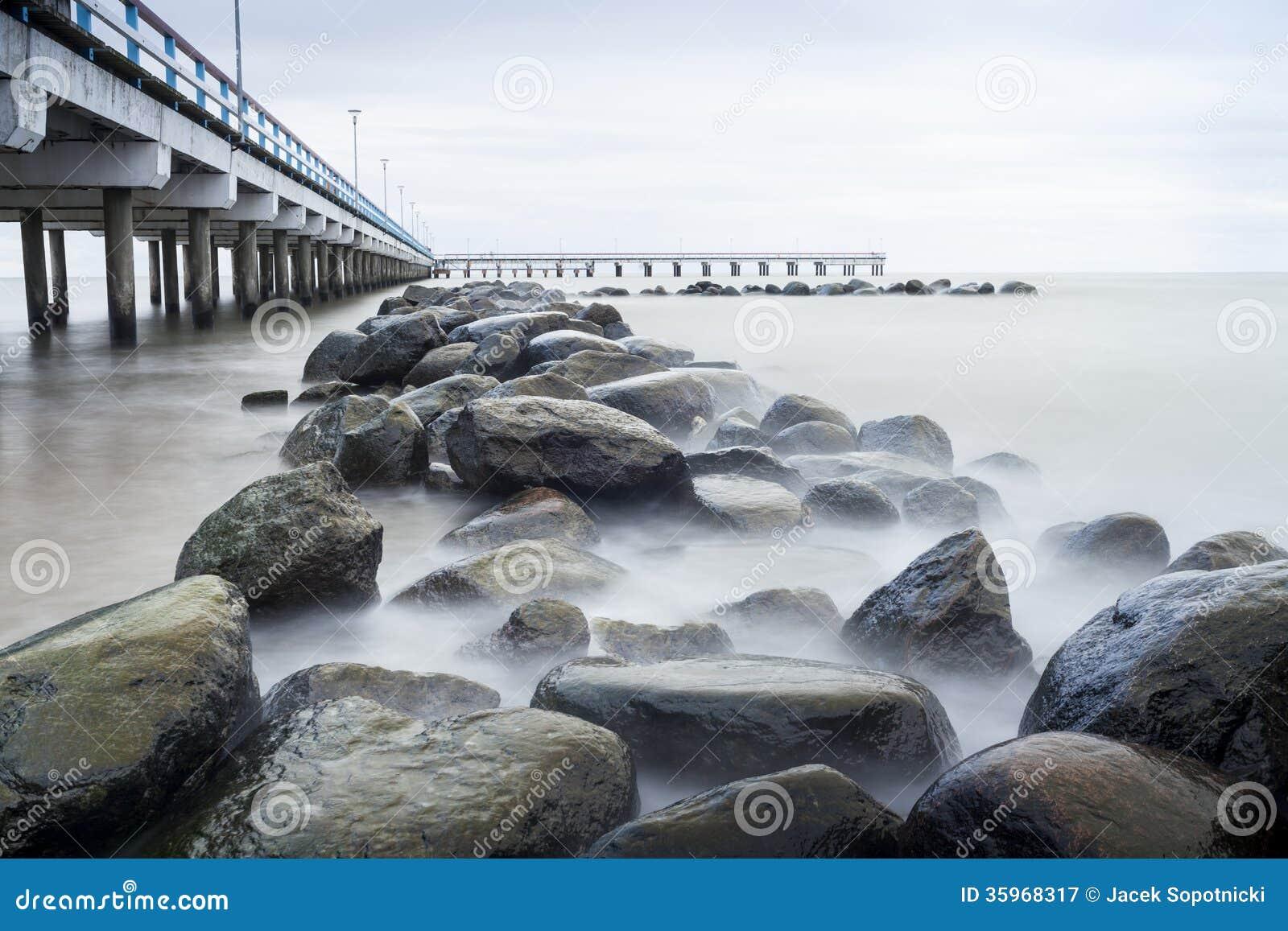 Mar, embarcadero y rocas