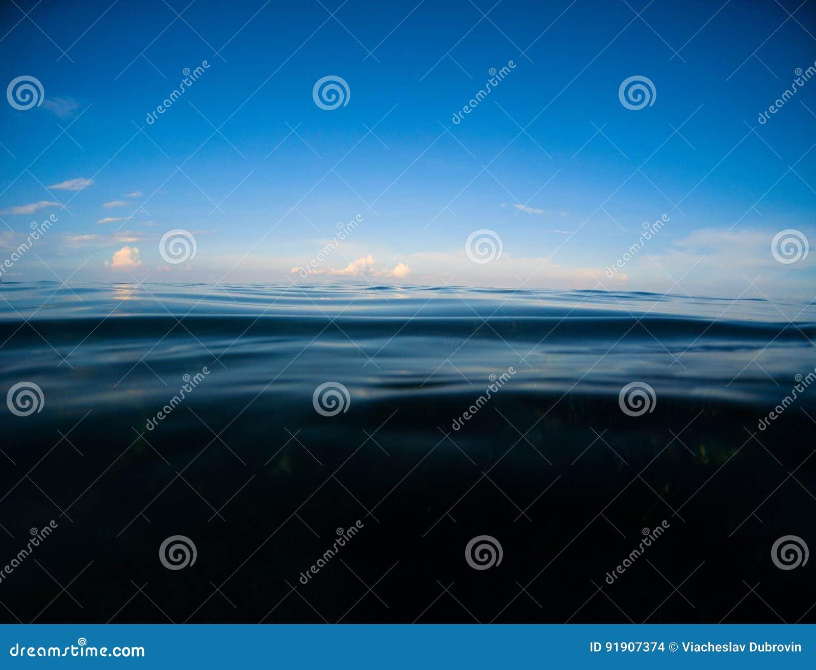 Mar escuro e céu azul profundo Paisagem dobro com água do mar e céu