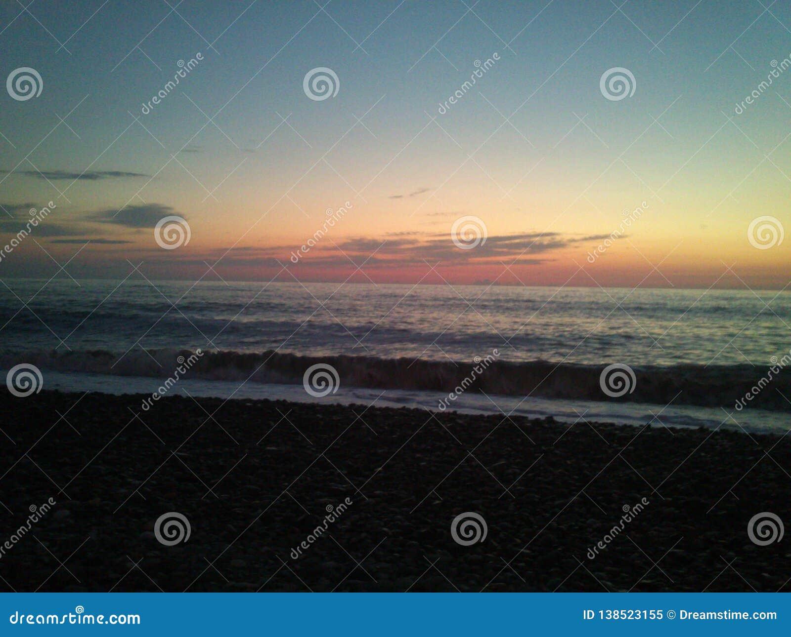 Mar liso en la puesta del sol en Batumi